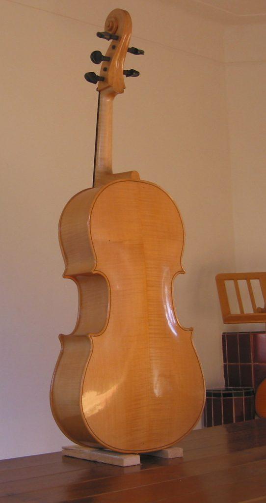 violoncello piccolo achterzijde